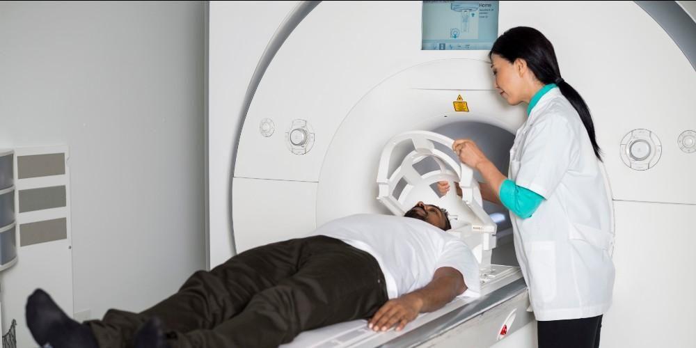 Selama dilakukan sesuai dengan prosedur keamanan, tidak ada efek samping MRI yang berbahaya bagi tubuh