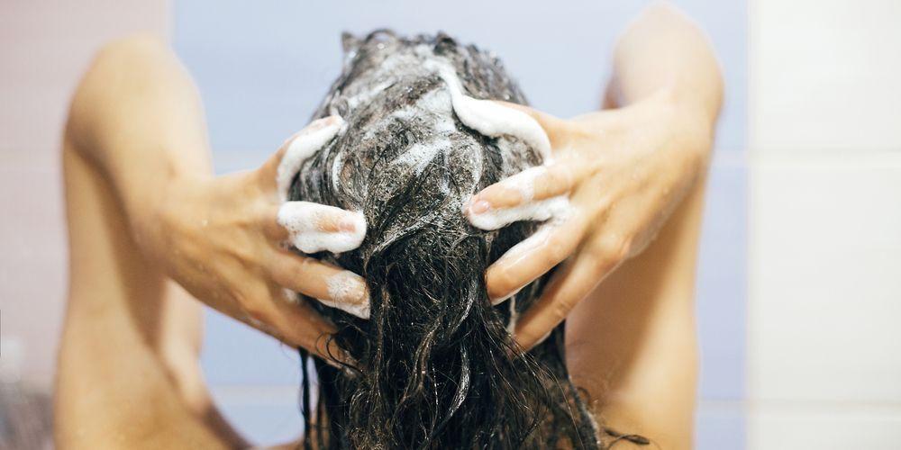 Cara merawat rambut bisa dengan memilih shampo yang sesuai dengan jenis kulit