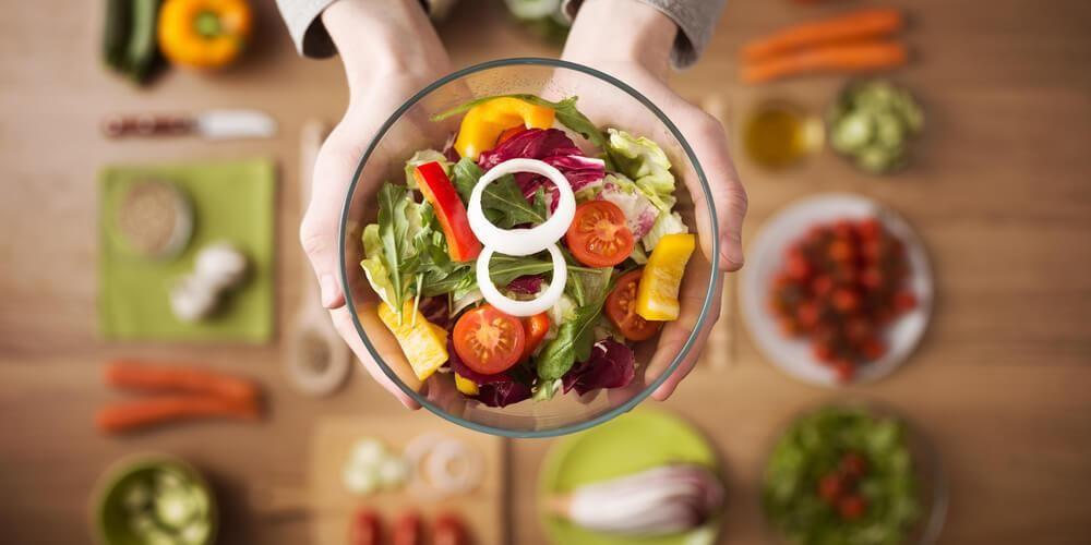 Salad sayur untuk diet berisi kombinasi sayuran yang bermanfaat sekaligus tetap lezat dikonsumsi