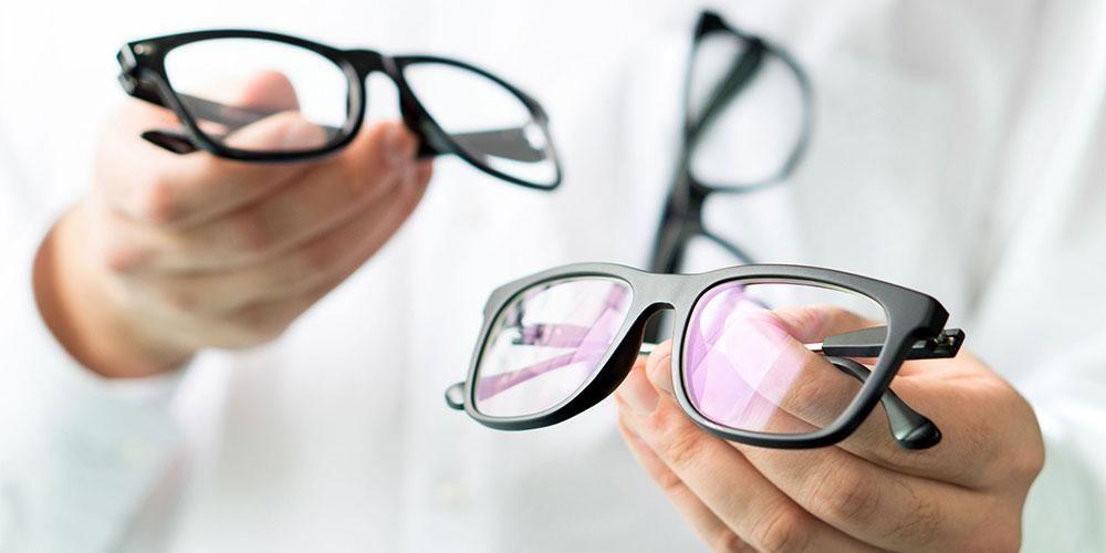 Umumnya penderita miopi menggunakan lensa minus