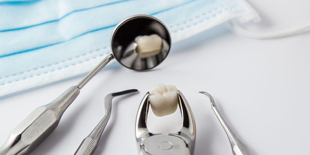 Prosedur cabut gigi baru akan dilakukan jika seseorang mengalami kondisi seperti gigi berlubang dan sarafnya mati, susunan gigi berantakan, berisiko infeksi, atau terdapat penyakit gusi.