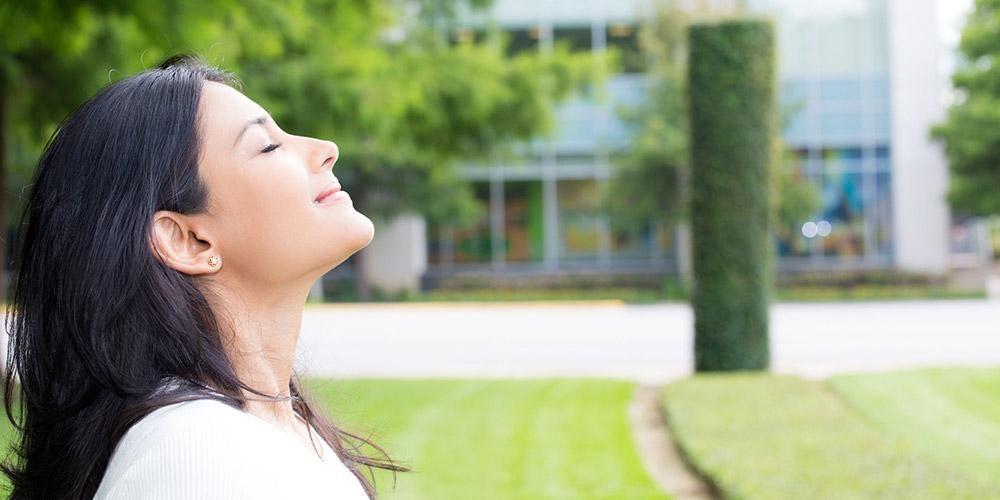 Salah satu manfaat udara bersih adalah memperbaiki mood.