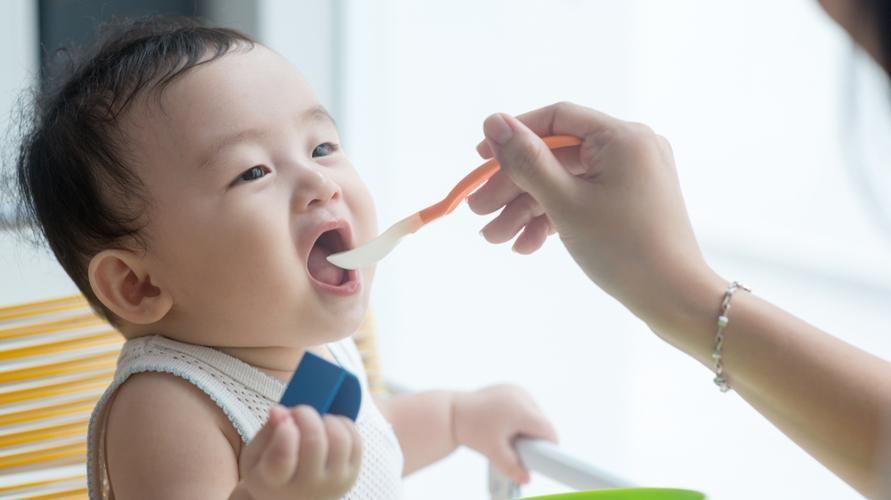 tanda anak siap makan dan peralatan MPASI
