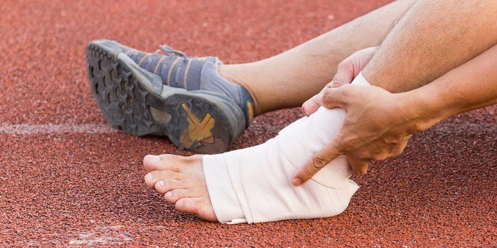 Tulang retak dan patah kaki sering disebabkan karena terjatuh, atau aktivitas yang berulang