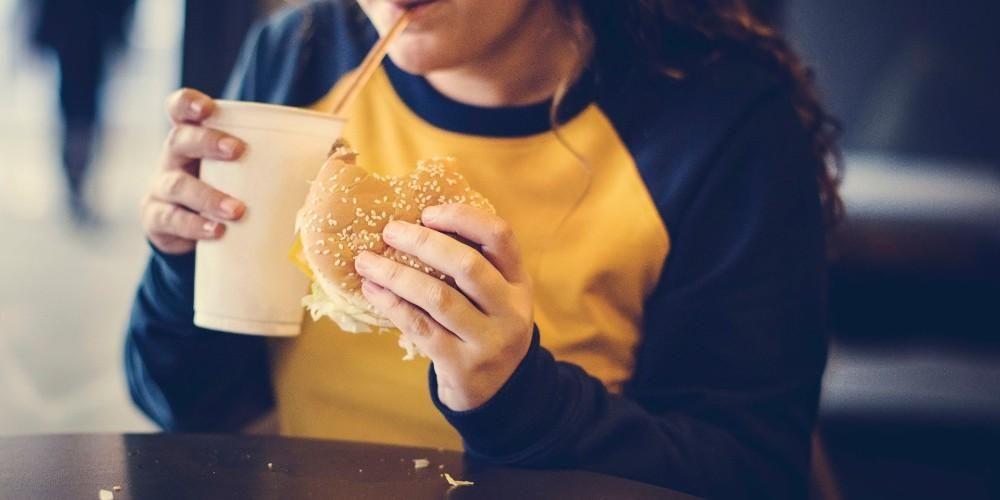 Sering melahap junk food bisa menjadi salah satu penyebab obesitas pada remaja
