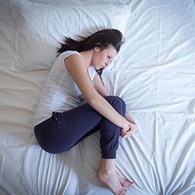 Posisi tidur untuk mengurangi nyeri haid