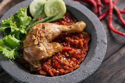 Makanan pedas, seperti ayam penyet, ternyata dapat meningkatkan risiko penyakit demensia